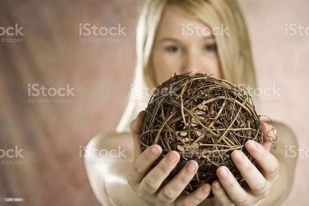 Mujer agarrando ramita de bola foto de stock libre de derechos
