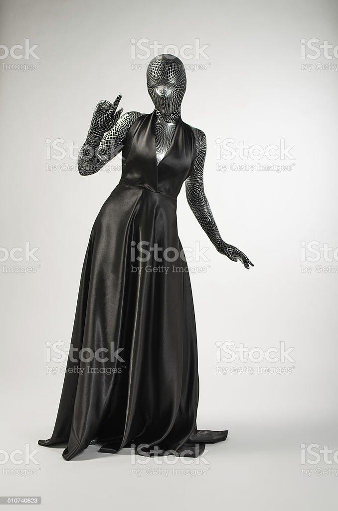 Mujer en negro, batas de baño foto de stock libre de derechos