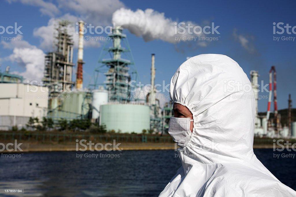 Frau vor Fabrik Lizenzfreies stock-foto