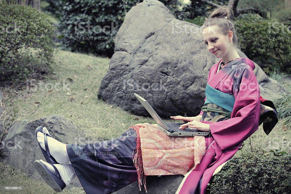 Frau in japanischer kimono Tippen Lizenzfreies stock-foto