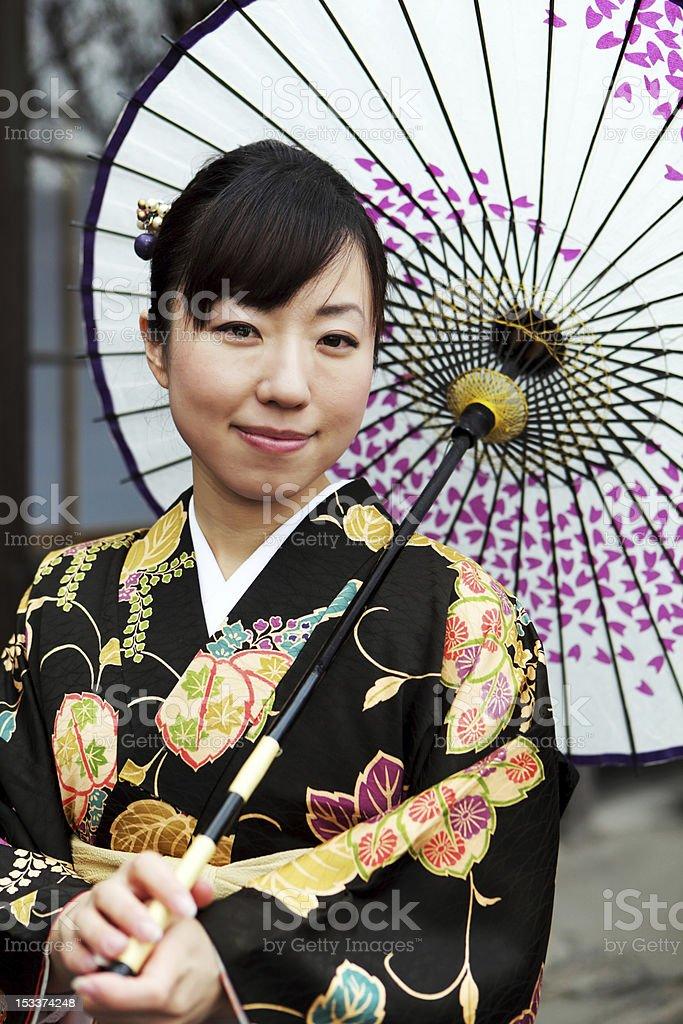 Frau mit Regenschirm im kimono Lizenzfreies stock-foto