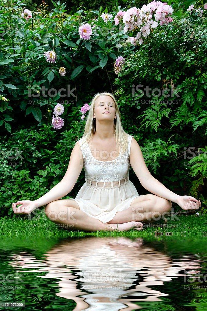 Mujer en postura de meditación foto de stock libre de derechos