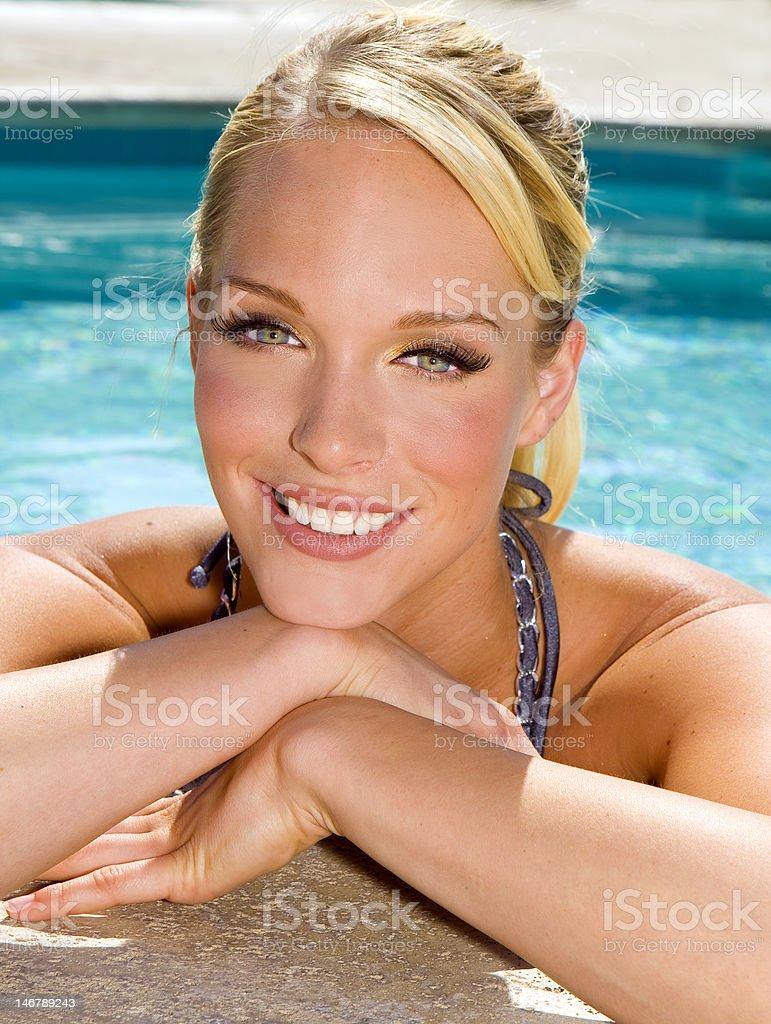 Mujer en la piscina foto de stock libre de derechos