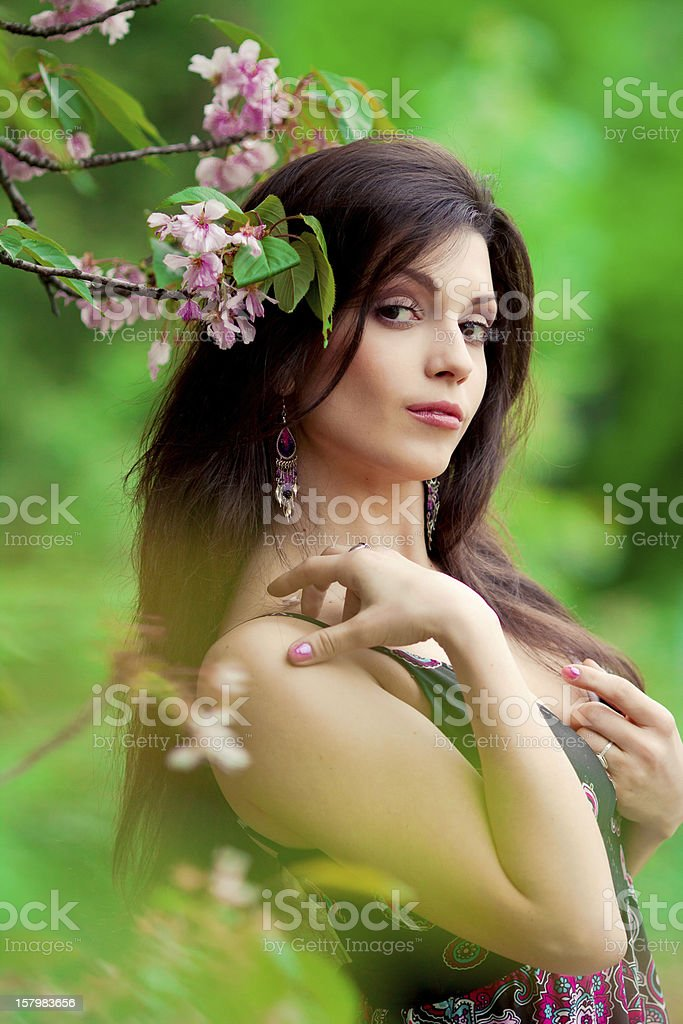 Frau im sakura tree Lizenzfreies stock-foto