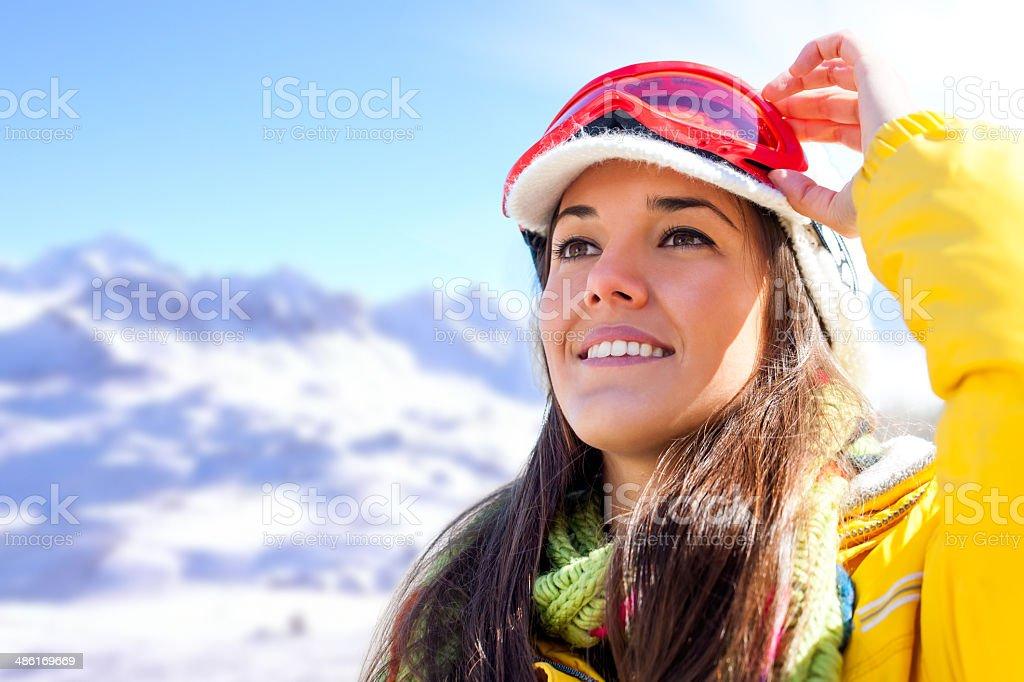 Femme en vêtements de ski de contempler la vue. photo libre de droits