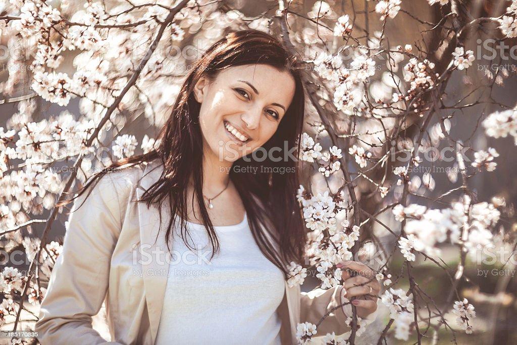 Frau im Frühling Garten Lizenzfreies stock-foto