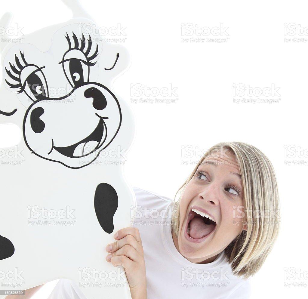 Mujer mirando a funny vaca señal foto de stock libre de derechos