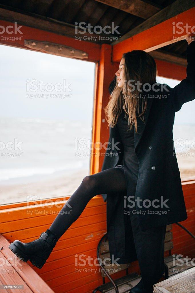 Mujer mirando al mar foto de stock libre de derechos