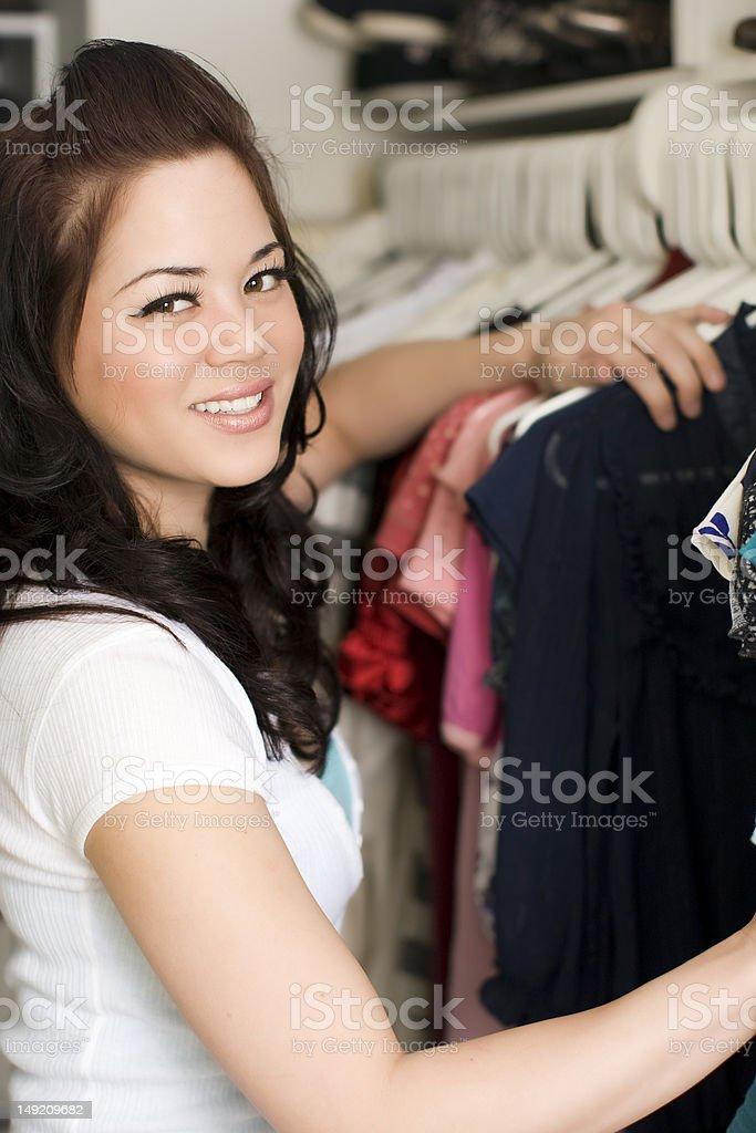 Mujer mirando en el armario foto de stock libre de derechos