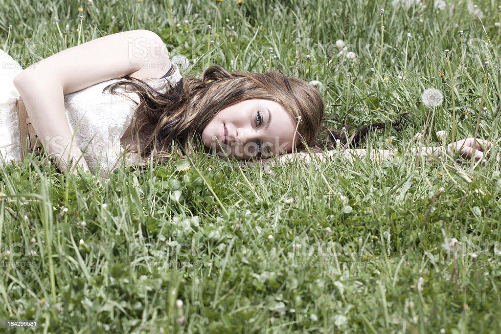 Frau Entspannung im Grünen Feld – Foto