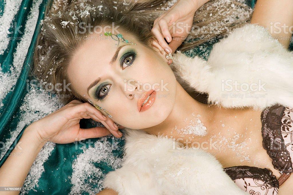 Mulher Deitado de seda verde com Neve foto de stock royalty-free