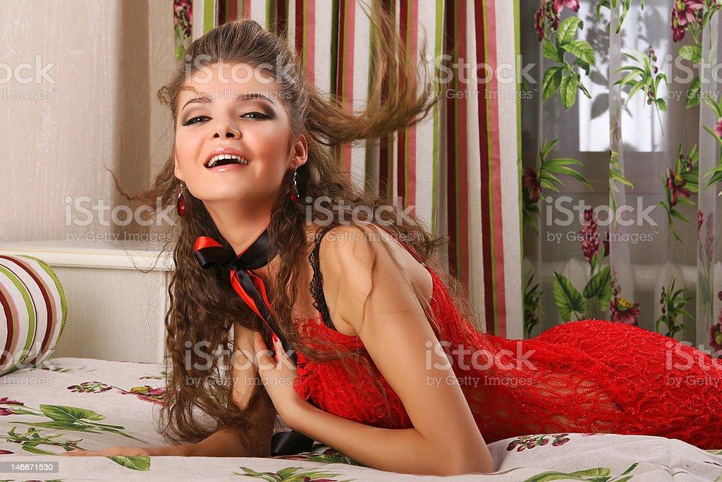 Femme sur lit photo libre de droits