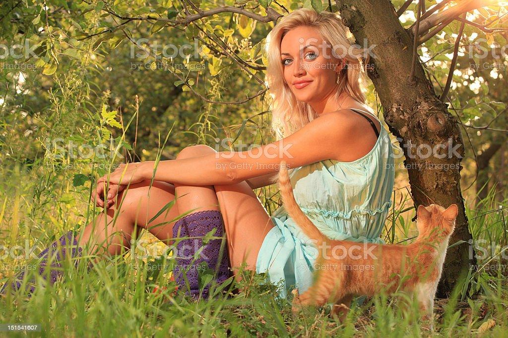Femme sur de l'herbe photo libre de droits