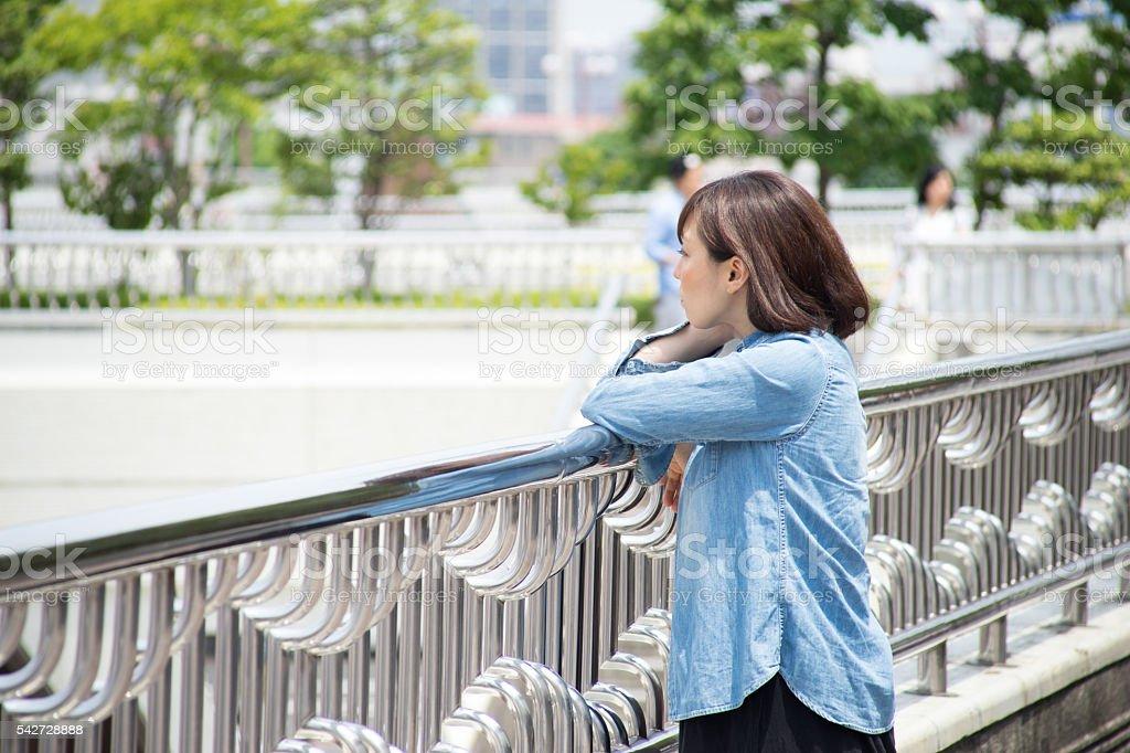 Femme avec vue sur l'horizon photo libre de droits