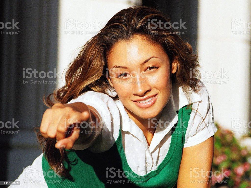 Femme pointant à vous photo libre de droits