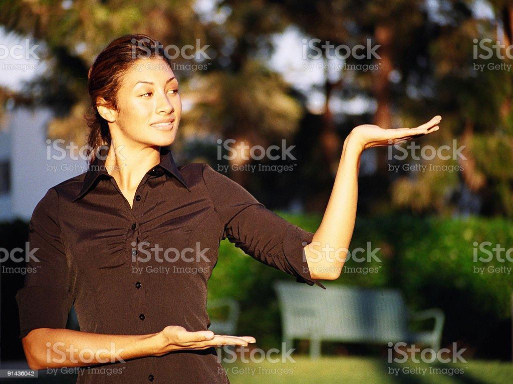 Femme avec ses mains à présenter photo libre de droits