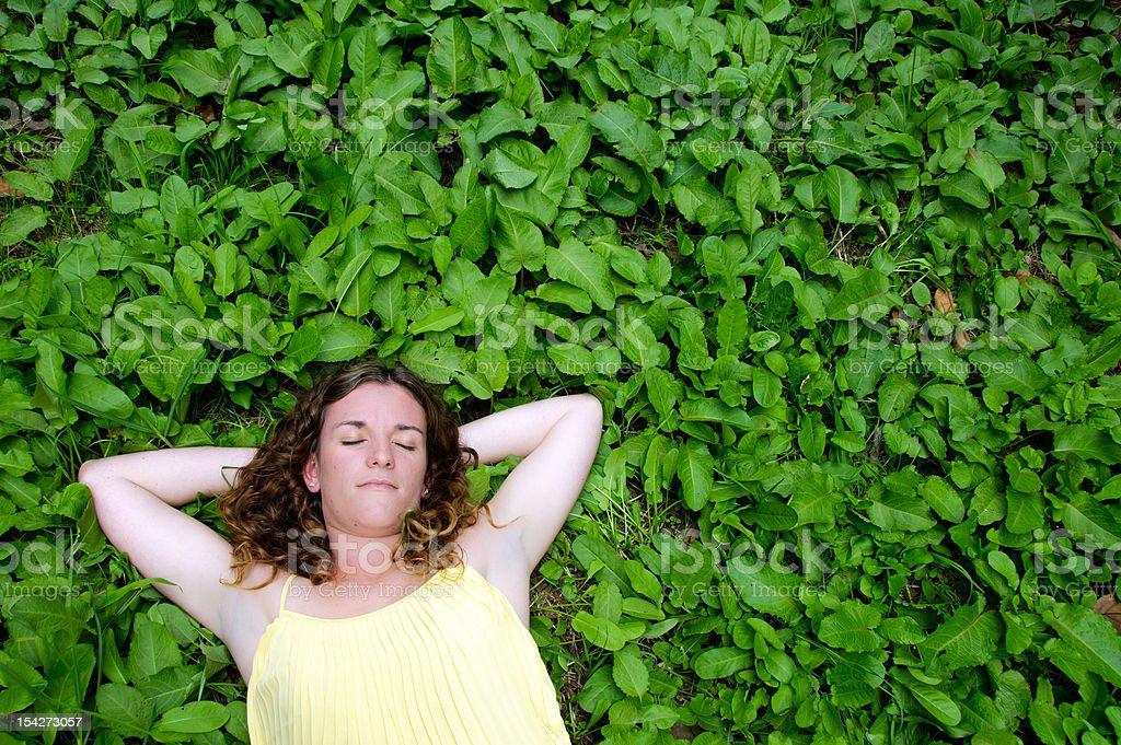 Mujer descansando en prado foto de stock libre de derechos