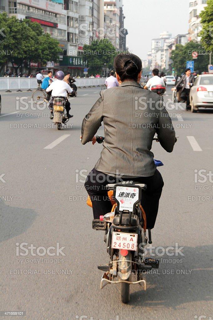 Donna Ridding un Ciclomotore a Guangzhou foto stock royalty-free