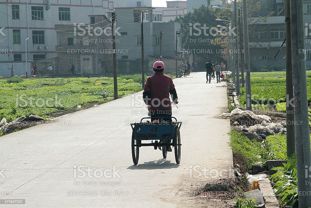 Donna Ridding un Triciclo a Guangzhou foto stock royalty-free