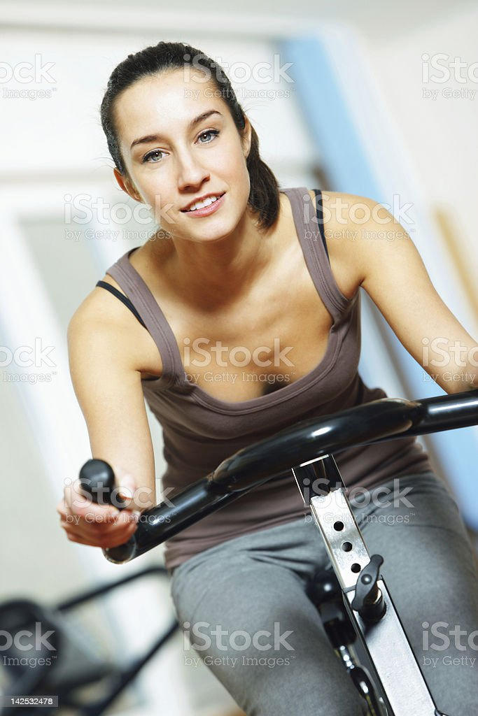Femme équitation un vélo d'exercice photo libre de droits