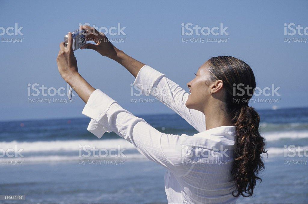 Femme Autoportrait photo sur la plage photo libre de droits