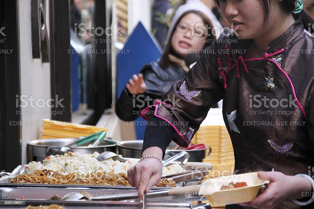 Donna che serve cibo cinese foto stock royalty-free
