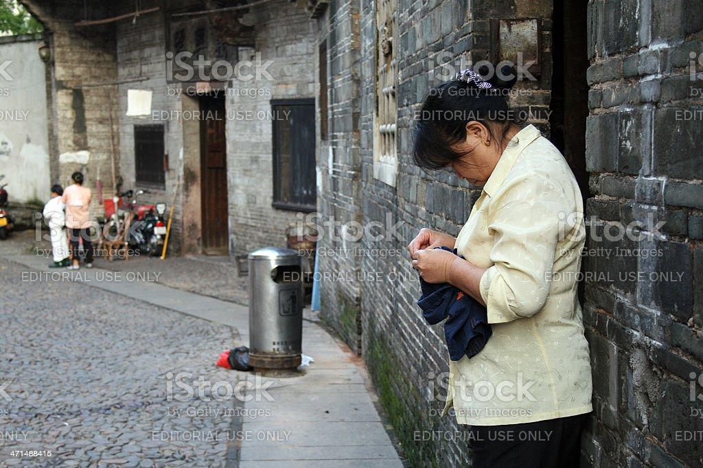 Donna cucire di Ganzhou Cina. foto stock royalty-free