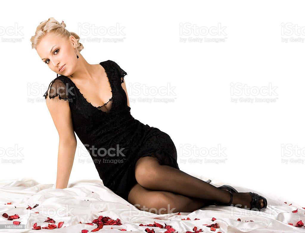 Mulher sentada com Pétalas de fundo com foto de stock royalty-free