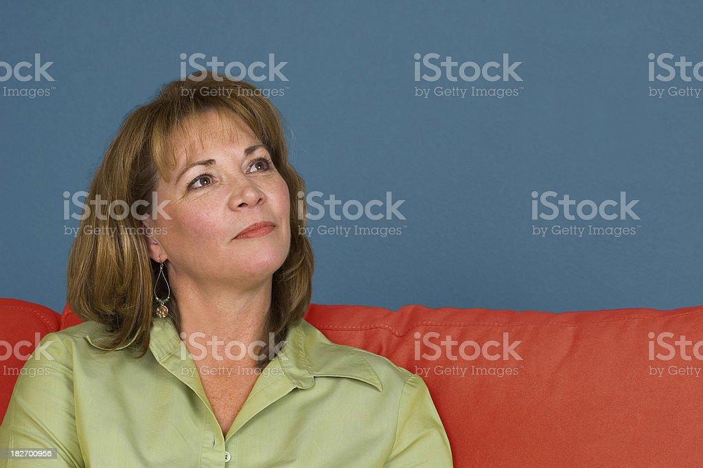 Donna seduta sul divano foto stock royalty-free