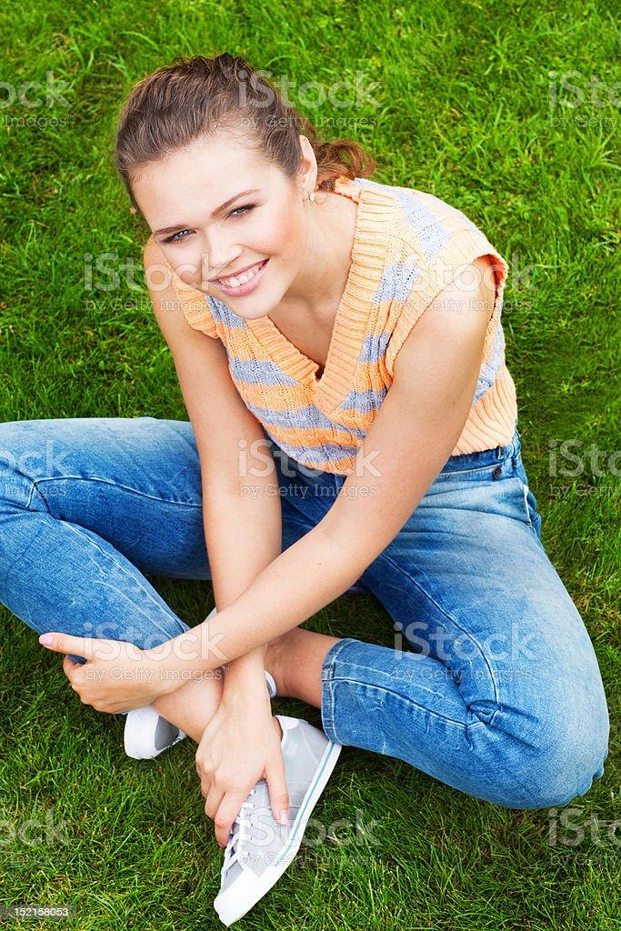 Femme assise sur l'herbe photo libre de droits