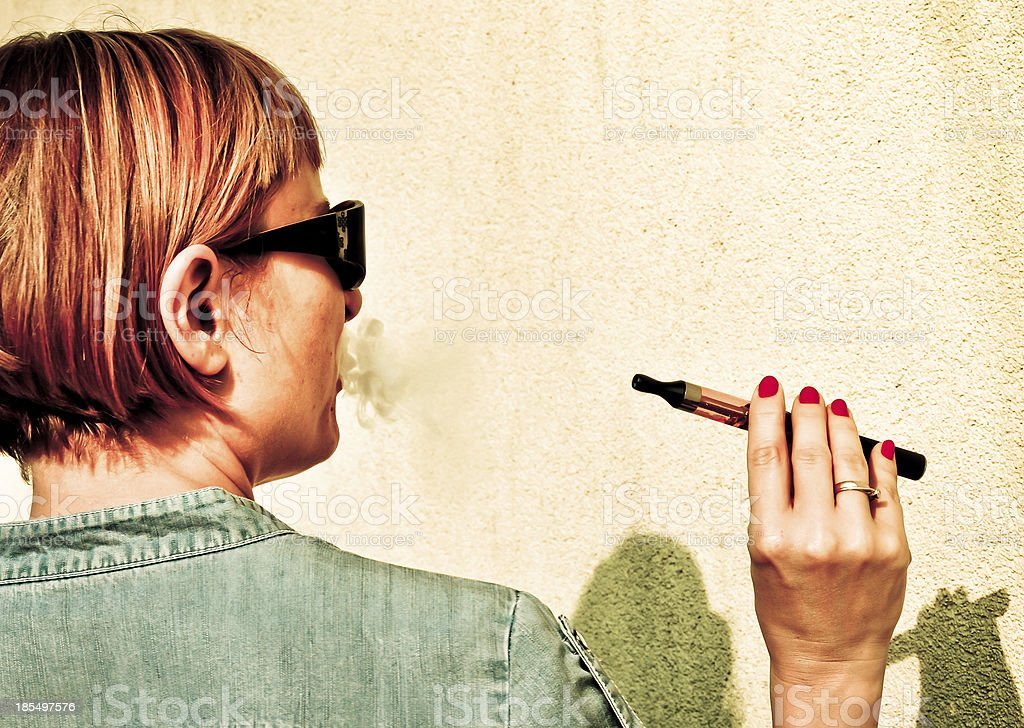 Frau Rauchen e-cigarette Lizenzfreies stock-foto