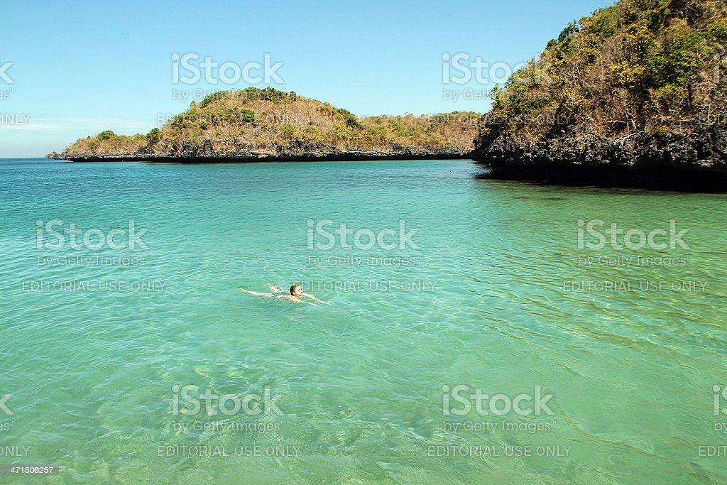 Donna nuoto da soli in mare, Filippine foto stock royalty-free
