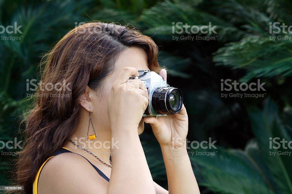 Frau nimmt Fotos mit vintage-Kamera von Lizenzfreies stock-foto