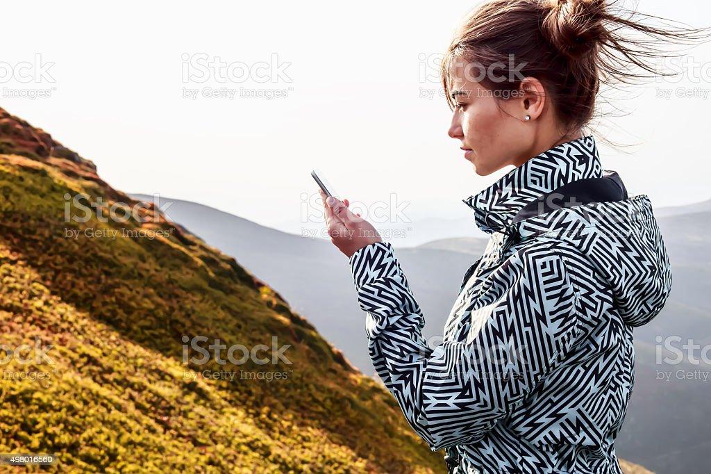 Femme à l'aide de smartphone dans les montagnes photo libre de droits