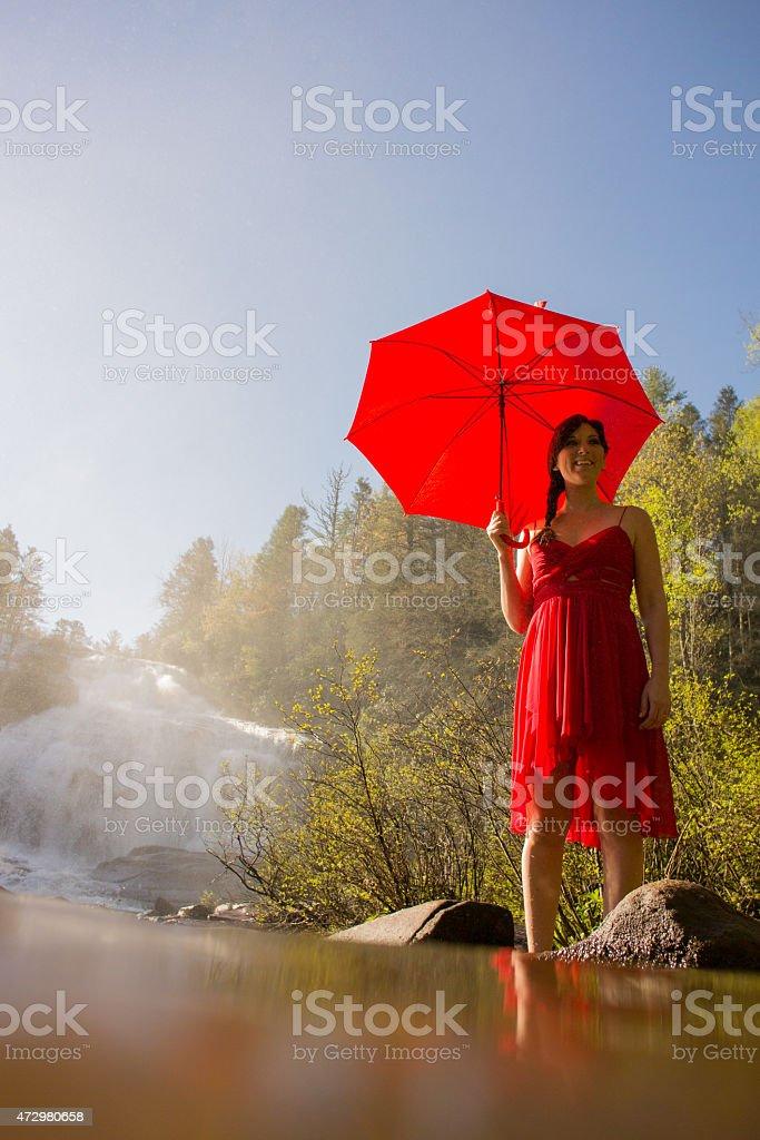 Donna Camminare nell'acqua nel flusso foto stock royalty-free