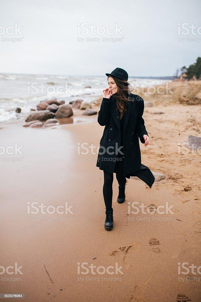 Mujer caminando por la costa foto de stock libre de derechos