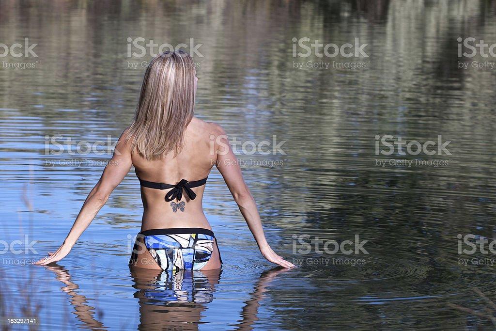 Frau zu Fuß im Wasser – Foto