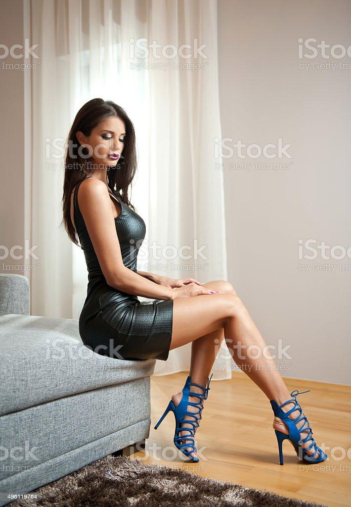женщина сидит на лице женщины