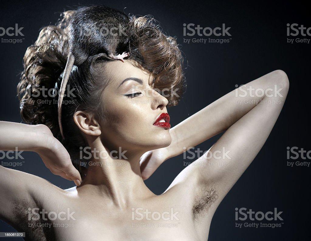 Черно-белые снимки девушки с волосатой пилоткой  101863