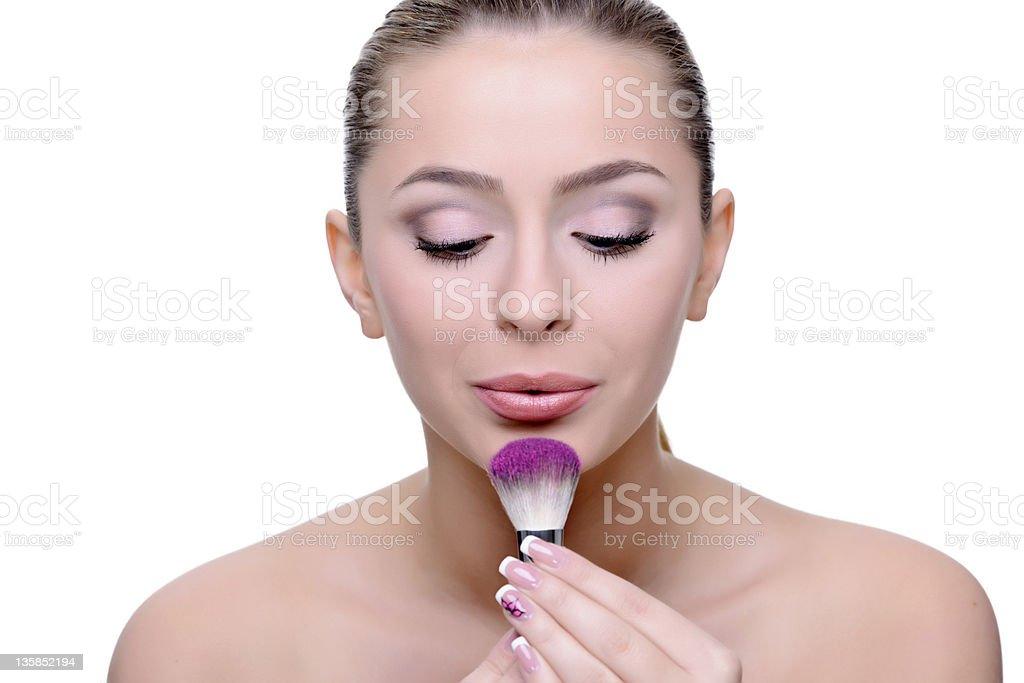 Femme avec un pinceau de maquillage photo libre de droits