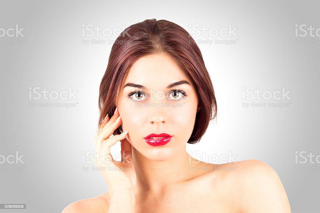 женщина смотрит на губы