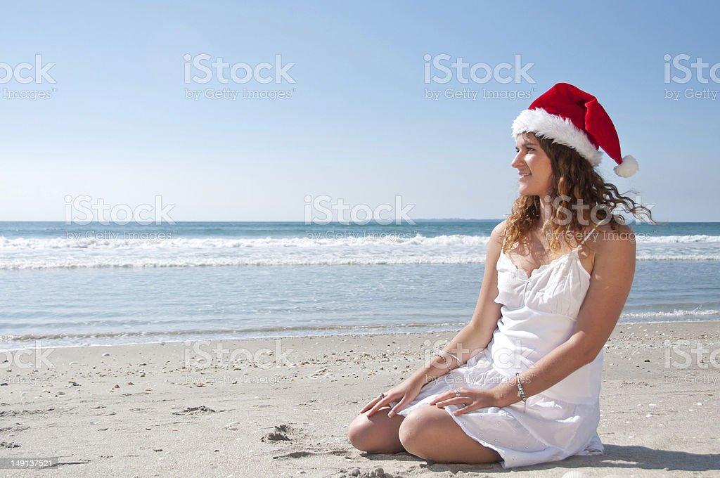 Mujer con sombrero en la playa de santa foto de stock libre de derechos