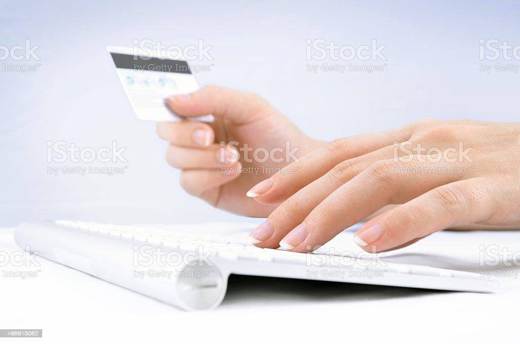 Woman's hands holding tarjeta de crédito y el uso de teclado de ordenador foto de stock libre de derechos