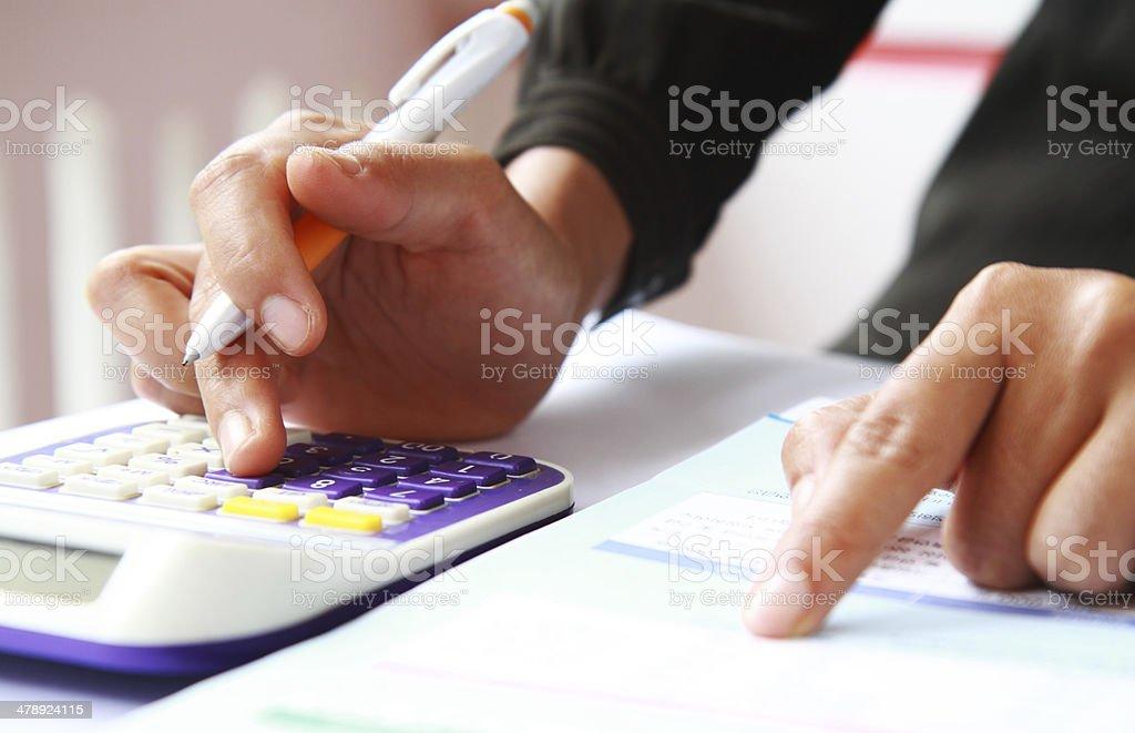 Woman's Hand mit einem Taschenrechner und Stift Lizenzfreies stock-foto