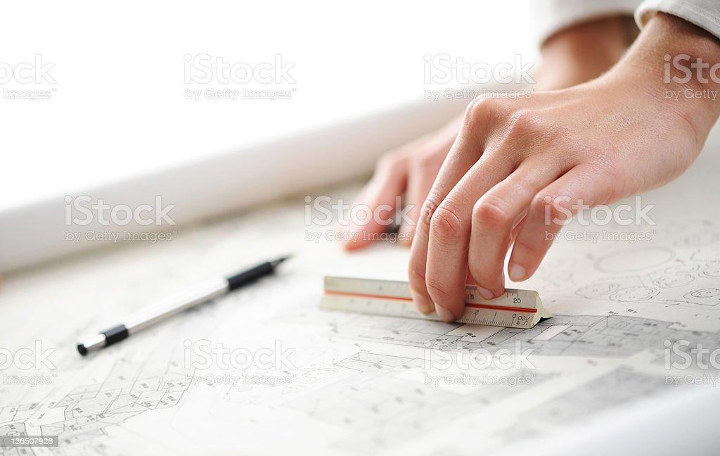 Femme main sur Plan d'architecte photo libre de droits
