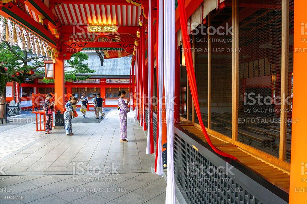 Mulheres nos tipos quimono toque de campainha para orar por uma boa sorte foto royalty-free