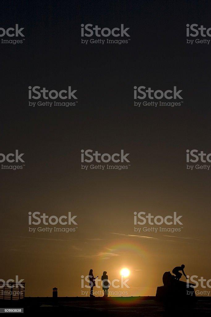 Femmes parler au coucher du soleil photo libre de droits