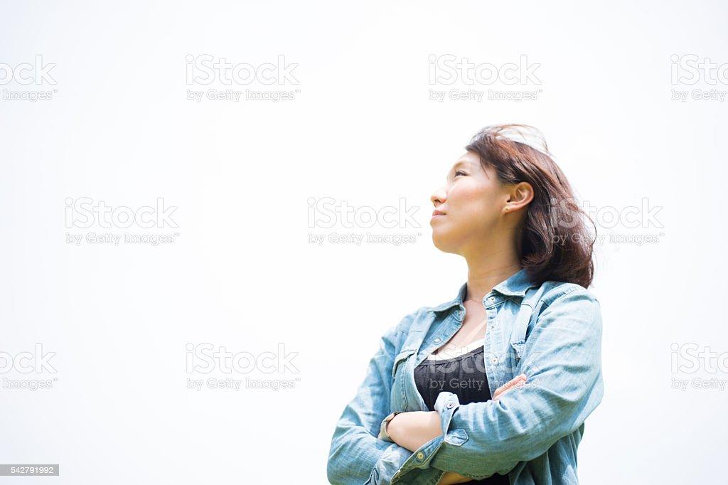 Femme pense avec ses bras repliés photo libre de droits