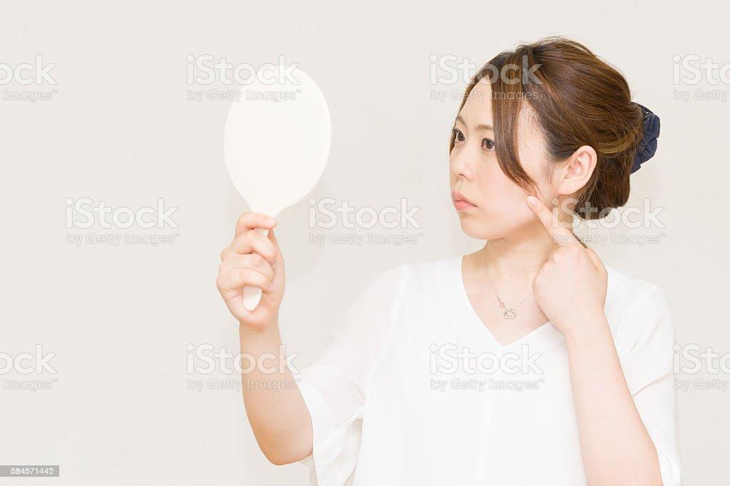 Women who look in the mirror (beauty image) photo libre de droits