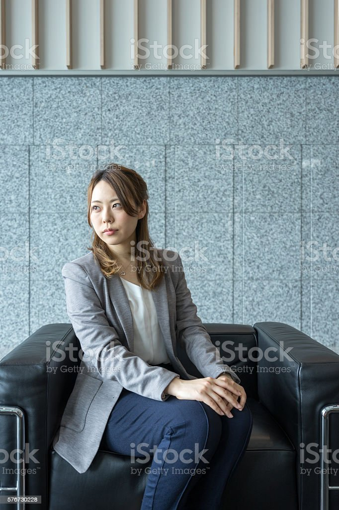 Women who sit in the drawing room sofa (business image) photo libre de droits
